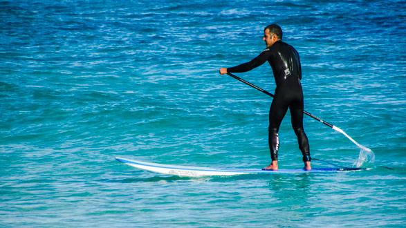 le paddle est un sport d'equilibre qui peut se pratiquer par une mer calme