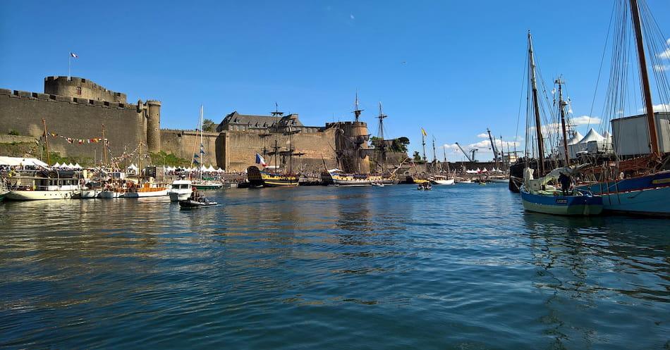 Le château de Brest et ses fortifications lors des fêtes maritimes de Brest à la Penfeld