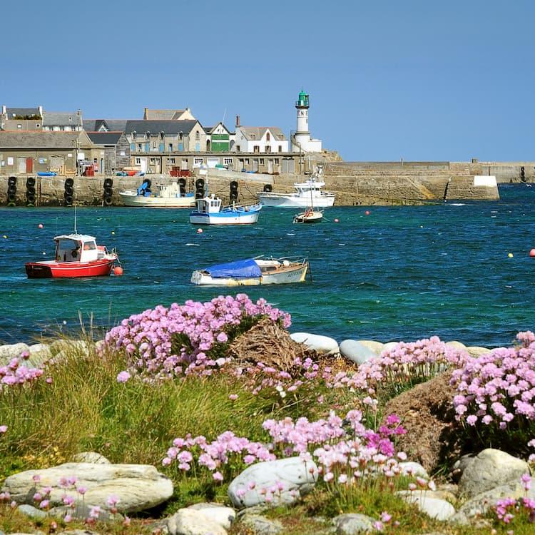 Phare de Men Brial à l'entrée du port de l'île de Sein