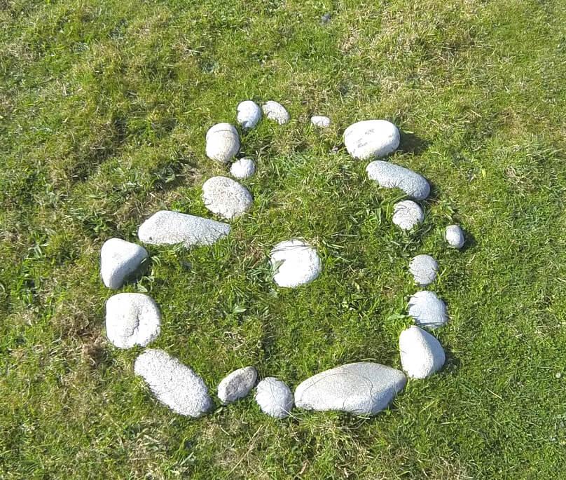 alignement petits menhirs modernes en forme de coeur